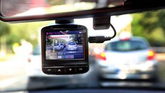 Weil Dashcam-Aufnahme gegen das Datenschutzgesetz verstossen, ist ein öffentlicher Aufruf der Polizei nach solchen Bildern entsprechend heikel