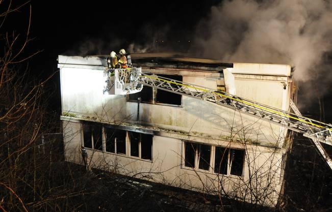 Brand in der Klingnauer Fischzucht: So sieht es zwischen 22.30 und 23 Uhr, also zirka vier Stunden nach Brandausbruch aus.