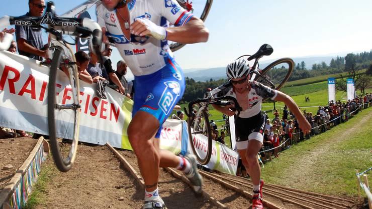 Bei einem Radquerrennen müssen die Räder streckenweise auch getragen werden. zVg