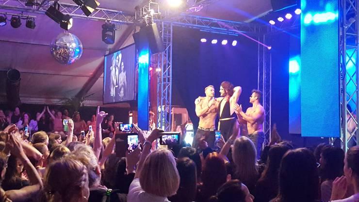 Jeff van Phil an der HESO 2017 bei Sixxpaxx auf der Bühne. Seine Schwester hatte ihn eingeladen. Weil der Anlass nur für Frauen gedacht war, kam er als Dragqueen.