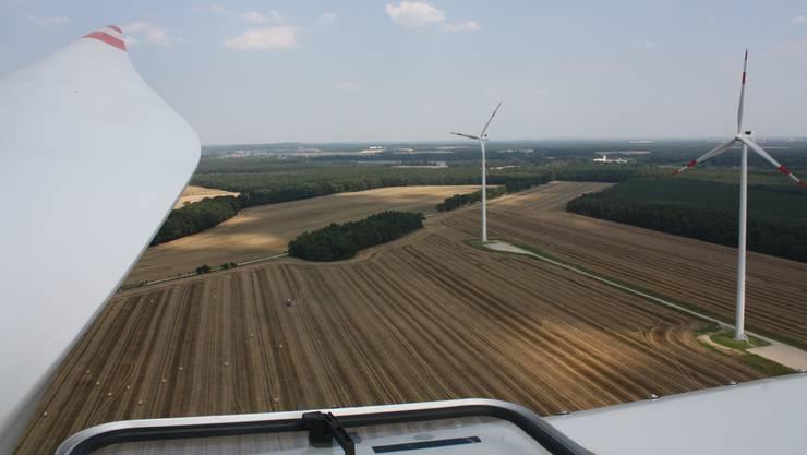 Blick vom Dach des Maschinenhauses: Links im Bild der 45 Meter lange Rotorflügel. Seine Spitze erreicht eine Geschwindigkeit von über 280 km/h.