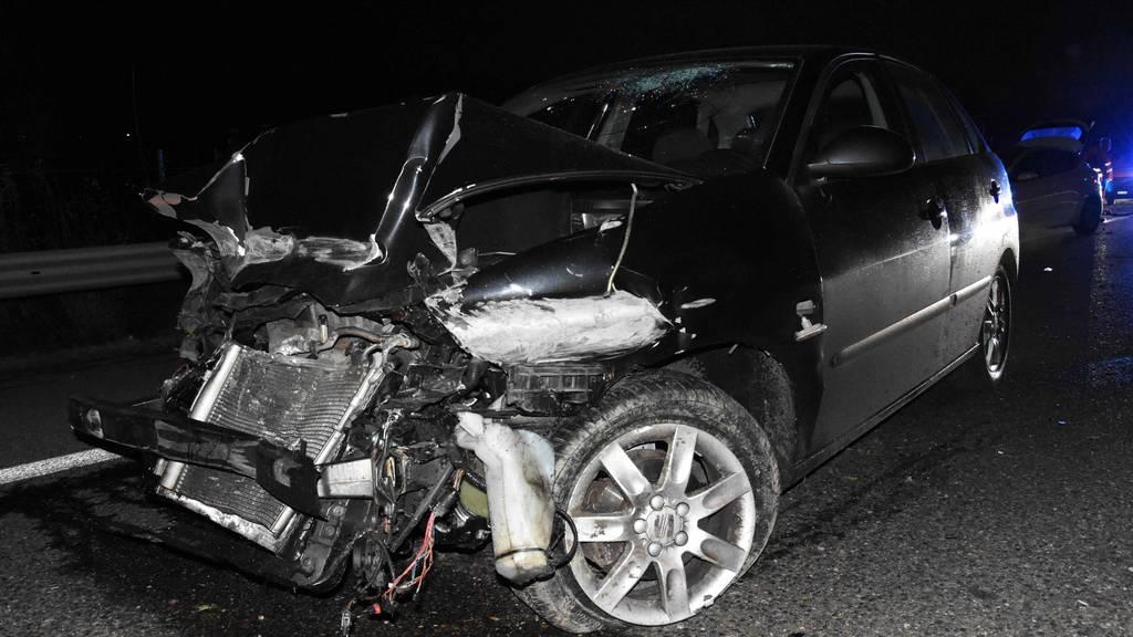 Mit Leitplanke kollidiert – 19-jähriger Autofahrer schwer verletzt