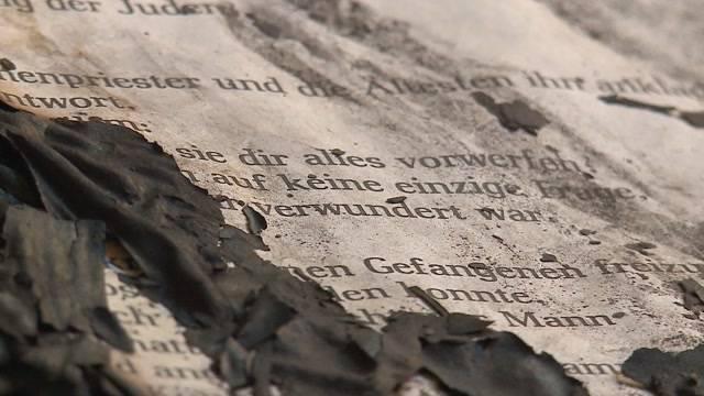 Brandstiftung in Breitenbach: Unbekannte setzten in der Kirche ein Evangelien-Buch in Flammen.