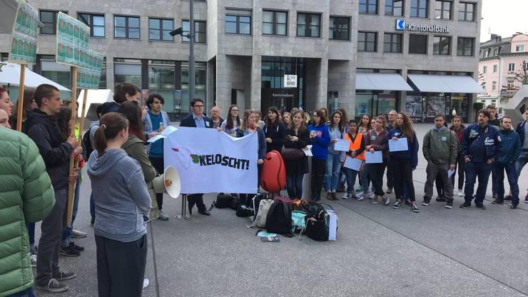Schülerdemonstration vor dem Bahnhofgebäude in Aarau