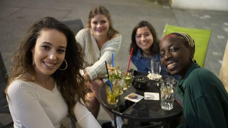 Freundinnen vor der Time Bar beim Stadtturm. Ausgangsverhalten nach der Lockerung der Corona-Massnahmen.