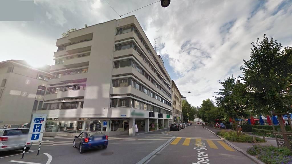 Vor diesem Gebäude stelle ein Mann seinen Koffer ab uns sorgte für einen Polizeieinsatz