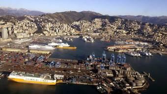 Blick auf den Hafen von Genua, wo die Berner Stadtregierung vom Zug auf das Schiff umsteigen wird. (Archivbild)