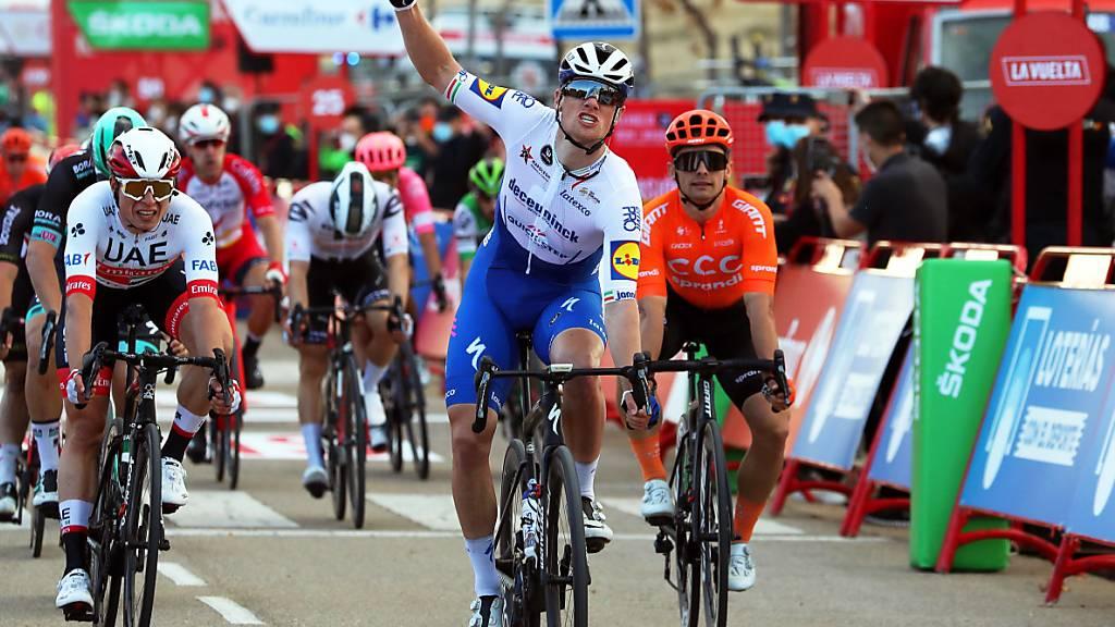 Der Ire Sam Bennett (Mitte) gewann im erwarteten Sprint des Feldes die 4. Vuelta-Etappe