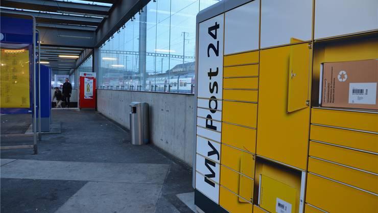Am Bahnhof Brugg gibt es auf Windischer Seite keine Bänkli mehr. Sie mussten dem «MyPost24»-Automaten der Postweichen. jam