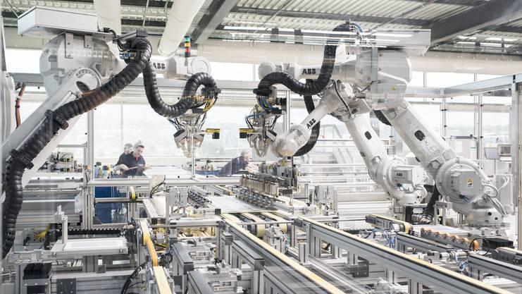 Mikroprozessorgesteuerte Industrieroboter sind schon seit den Siebzigerjahren im Einsatz.