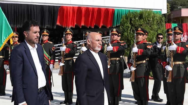 Der afghanische Präsident Ghani (Mitte) erklärte, das Ziel der Regierung sei es, Verstecke der Terrormiliz Islamischer Staat (IS)  im Land zu vernichten. Die IS-Miliz hatte sich zu dem schweren Anschlag am Wochenende in Kabul bekannt.