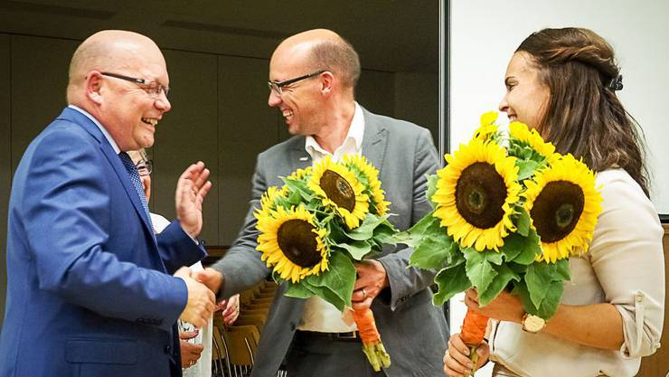 Hans Jürg Müller dankt den beiden Nationalratskandidaten Stefan Müller-Altermatt und Rea Meister für ihr Engagement.