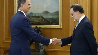 Der spanische König Felipe (links) hat dem geschäftsführenden Ministerpräsidenten Rajoy (rechts) den Auftrag zur Regierungsbildung gegeben.