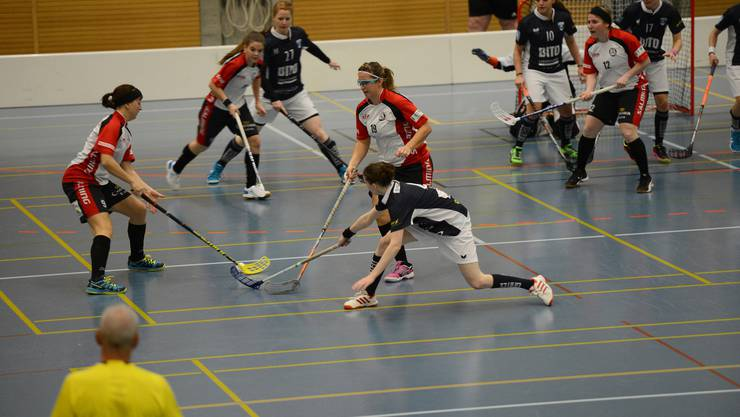 Basel Regios Viktoria Hürzeler (l., Nr. 9, am Ball), Nathalie Rua (Nr. 19) und ihre Teamkolleginnen setzen das tor von Zugerland unter Druck.