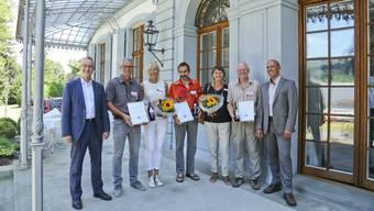 Regierungsrat Thomas Weber (links) und Lukas Kilcher (rechts), Leiter des Landwirtschaftlichen Zentrums Ebenrain, mit den erfolgreichen Winzern Peter und Andrea Strübin-Lichtin, Ueli Bänninger sowie Ruth und Claude Chiquet.