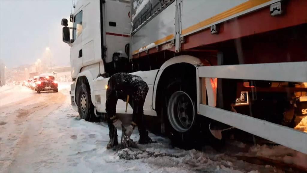 Neuschnee bringt Chaos - vor allem im Tessin, Wallis und Graubünden
