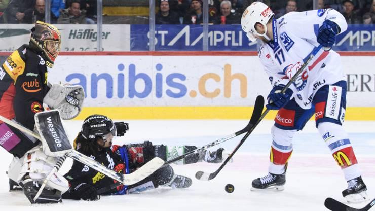 Mit viel Einsatz zum Break: ZSC-Stürmer Drew Shore (li.) rennt gegen Berns Goalie Leonardo Genoni und Verteidiger Eric Blum an