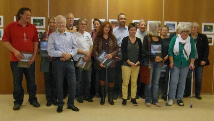 Das Bild zeigt 14 der 25 Fotografinnen und Fotografen mit Kuko-Präsident Daniel Poffa (links).