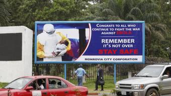 Plakat in Liberias Hauptstadt Monrovia, das zu Wachsamkeit aufruft. Die WHO hatte Liberia im vergangenen September zum zweiten Mal als frei von Ebola bezeichnet.
