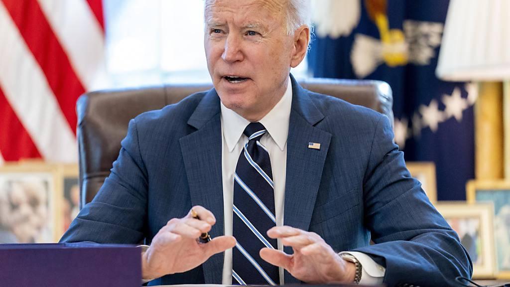 Joe Biden, Präsident der USA, sitzt an seinem Schreibtisch im Oval Office. Foto: Andrew Harnik/AP/dpa