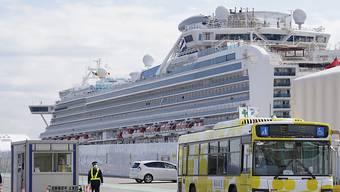 """Ein Bus verlässt mit Passagieren der """"Diamond Princess"""" den Hafen von Yokohama südlich von Tokio."""