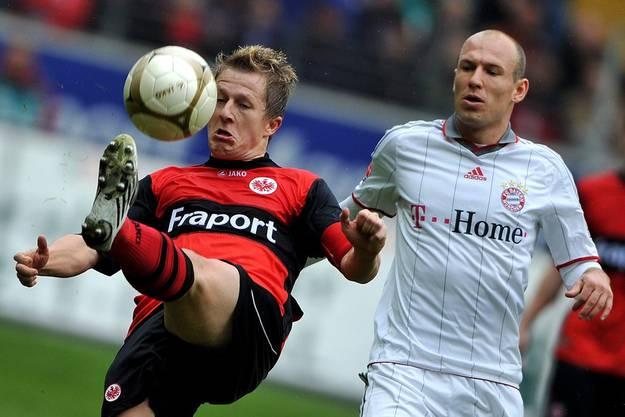 Captain in Frankfurt: Christoph Spycher (links) im Zweikmapf gegen Bayerns Superstar Arjen Robben.