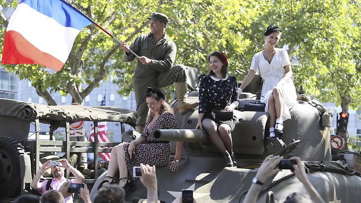 Paris libéré! Das sagte De Gaulle vor 75 Jahren. Die Pariser jubelten am Sonntag noch einmal und zogen dafür Kleider an, wie sie 1944 getragen wurden, als die nazi-deutsche Besatzung endete.