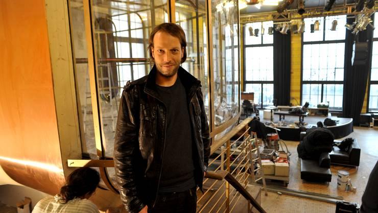 Michael Gehri ist der neue Veranstalter des Suhauses, das neu nur noch Sud heisst. Hinter ihm thront das Fumoir über dem Saal