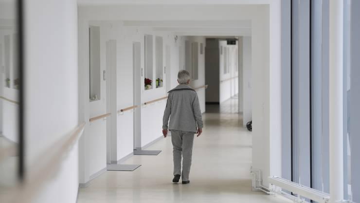 Blick in den neu verglasten Gang vor den Alterswohnungen, wo Bewohnerinnen und Bewohner ihr Gehtraining absolvieren können.
