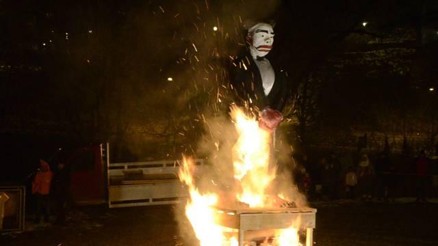 «Scharfrichter, zünd aa!» Baden ist mit der Verbrennung des Füdlibürgers in die Fasnacht gestartet.