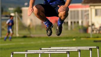 FCG-Mittelfeldspieler Adrian Moser machts vor: Hürden sind dazu da, übersprungen zu werden. Derzeit Programm beim FC Grenchen.hps