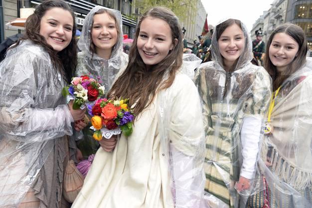 Junge Zünfterinnen strahlten trotz Regen beim traditionellen Sechseläutenumzug.