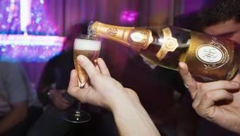 Gerade um das alte Jahr zu verabschieden, stosst man gerne mit einem Glas Champagner an.