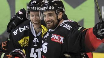 Berns Gregory Sciaroni (links) und Mark Arcobello feiern den Treffer zum 3:2.