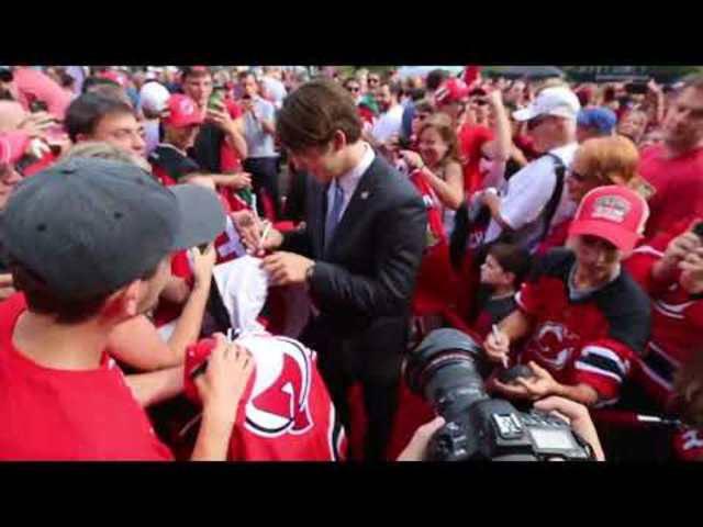 Devils-Fans feiern Nico Hischier vor dem ersten Saisonspiel auf dem roten Teppich