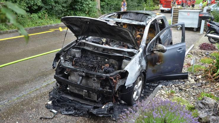Das Auto wurde komplett zerstört. Verletzt wurde niemand.