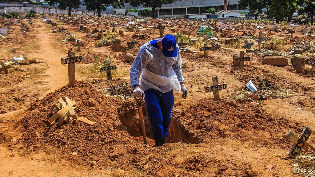 Ein Arbeiter begräbt ein Opfer, das an Covid-19 gestorben ist, auf dem Friedhof Sao Francisco Xavier, im Stadtteil Caju in Rio De Janeiro. Foto: Ellan Lustosa/ZUMA Wire/dpa