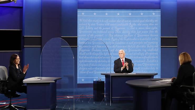 Im US-Wahlkampf haben sich die Kandidaten für das Vizepräsidentenamt Kamala Harris (links) und Mike Pence (Mitte) im Fernsehen duelliert.