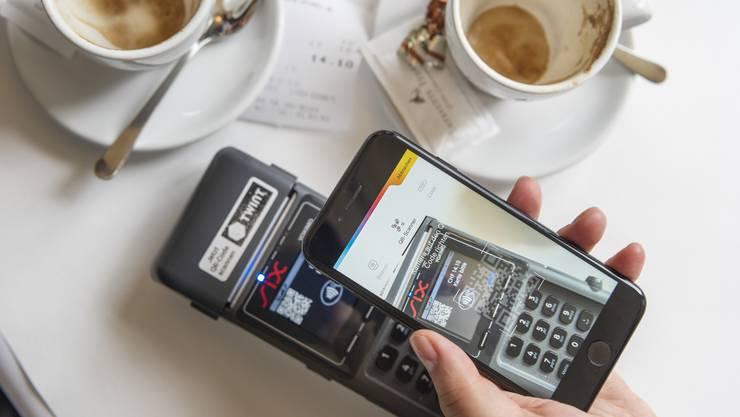 Für den Café Crème einfach das Smartphone zücken und bezahlen.