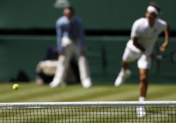 Roger Federer gewinnt sein Auftaktspiel in Wimbeldon - im neuen Tenu.