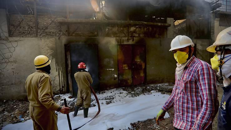Das Feuer brach aus zunächst unbekannter Ursache in einer Batterie-Fabrik in Neu Delhi aus. Rund 150 Feuerwehrleute wurden zum Unglücksort geschickt, wo die Flammen mehr als zehn Meter in die Höhe schossen.