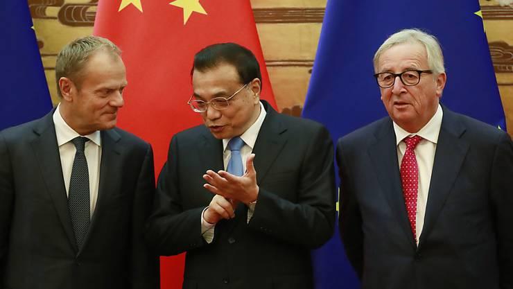 EU-Ratspräsident Donald Tusk (l) und Kommissionspräsident Jean-Claude Juncker mit  Chinas Premier Li Keqiang in Peking. Beide Seiten wollen das freie Handelssystem aufrechterhalten.