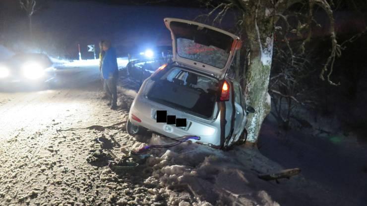 Im Schnee gerutscht: Das Auto landete in einem Baum.