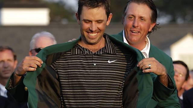 Vorjahressieger Mickelson kleidet Schwartzel ins Grüne Jackett.