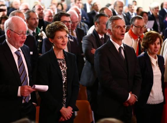 Die neue Bundespräsidentin Simonetta Sommaruga und ihr Gatte singen die Nationalhymne - rechts ihr Vorgänger Didier Burkhalter mit Gattin Friedrun.