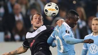 Luganos Torschütze Alexander Gerndt im Zweikampf mit Malmös Bonke Innocent
