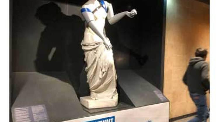 Eine Nachbildung der Venus von Milo in der Metrostation Louvre ist mit Armprothesen ausgestattet worden. Sie weist darauf hin, dass sich in armen Ländern viele Versehrte keine Prothesen leisten können. (zVg)