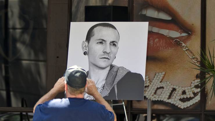 Ein Foto von Chester Bennington nach seinem Tod vor dem Gebäude von Warner Bros. Records. Bald soll er eine richtige Gedenkstätte erhalten, kündigt seine Band Linkin Park an. (Archivbild)