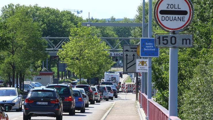 Anfang Juli 2017 führte die deutsche Bundespolizei aufgrund des G20-Gipfels in Hamburg verschärfte Kontrollen an den Grenzübergängen – hier am Zoll Stein/Bad Säckingen – durch. Dies sorgte mancherorts für lange Wartezeiten.