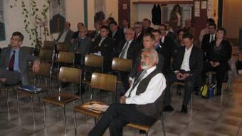 Die Sektion Fricktal der Aargauer Industrie- und Handelskammer mit Präsident Martin Steiger (links) zu Gast bei der Jehe AG in Etzgen; rechts CEO Ulrich Jehle